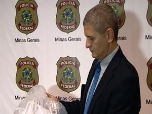 Delegado Daniel Souza mostra materiais apreendidos (Foto: TV Integração/Reprodução)