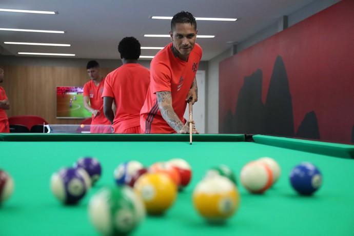 Guerrero joga sinuca com os companheiros: ao fundo, tênis de mesa no hotel-concentração do Fla (Foto: Gilvan de Souza / Flamengo.com.br)