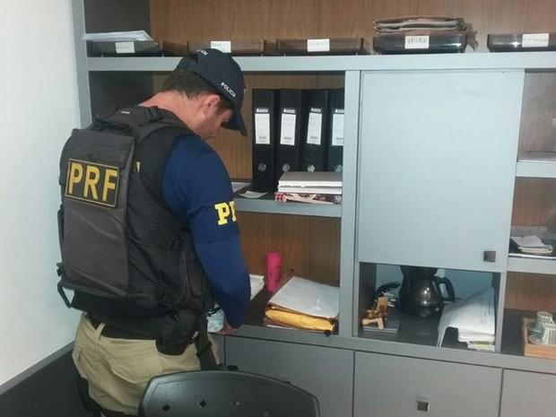 Foram presos dois investigados em participação no esquema (Foto: Divulgação/ PRF Bahia)