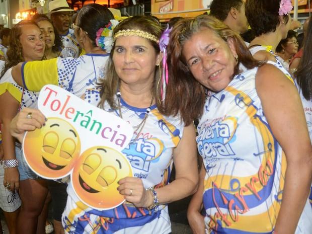 Amigas pedem tolerância no carnaval de Salvador (Foto: Diogo Macedo/ Ag. Haack)