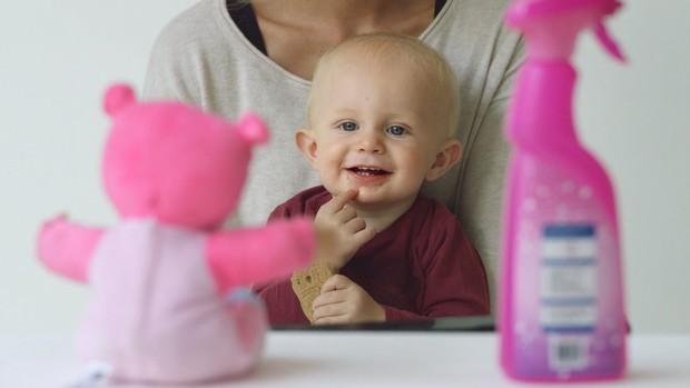 O que o bebê vai preferir: o ursinho ou o produto de limpeza? (Foto: Lemz/Vimeo)
