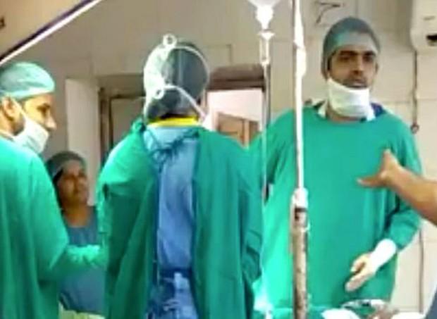 Os médicos discutiram antes da cesárea (Foto: Reprodução/ Youtube)