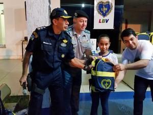 Alunos da escola de música da PM recebem kit pedagógico da LBV em Porto Velho (Foto: Toni Francis/G1)