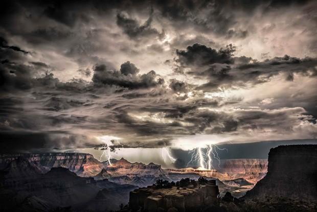 Relâmpagos são vistos na chegada de uma tempestade ao Grand Canyon, nos EUA. Segundo o fotógrafo, esta foto foi feita sem a sobreposição de mais de um clique, diferente de outras de seu acervo (Foto: Scott Stulding/Iber Press)