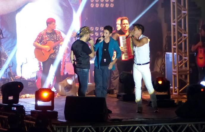 Zezé Di Camargo e Luciano cantam com Wagner Barreto do The Voice Kids (Foto: Divulgação/ RPC)