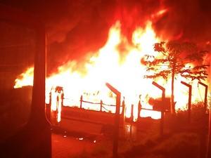 Na garagem haviam mais 20 ônibus que por pouco não foram atingindos pelo fogo. (Foto: TBN Notícias/Divulgação)