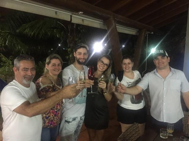 Munhoz com Viviane Zeni e familiares (Foto: Reprodução/Facebook)