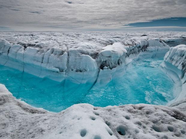 Imagem divulgada por um dos pesquisadores mostra corredeira no meio de calota polar na Groenlândia em 4 de julho deste ano (Foto: Ian Joughin/AP)