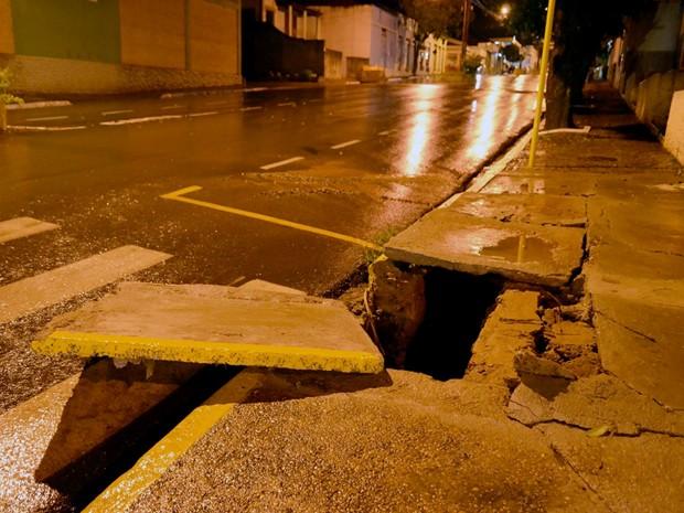 Prefeitura informou que tampas de bueiros já foram consertadas (Foto: Acácio Rocha/Siga Mais/Cedida)