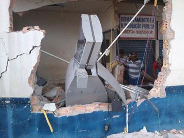 Caixa eletrônico explodido fica localizado na rodoviária de Nova Olinda do MA (Foto: Cícero Ferraz)
