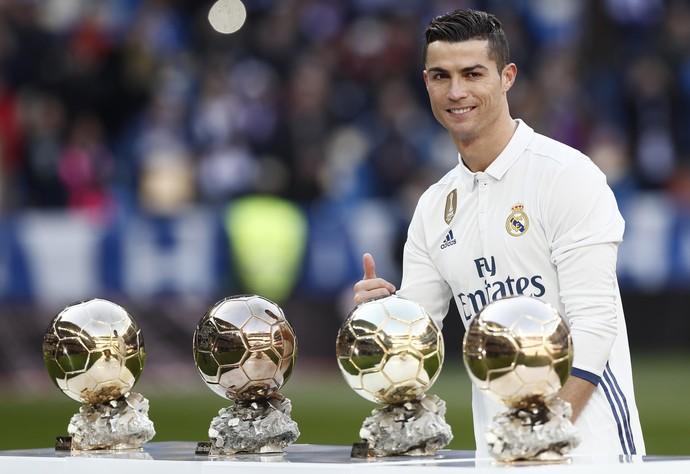 74e80fd641 Cristiano Ronaldo exibe suas quatro Bolas de Ouro antes de Real Madrid x  Granada (Foto