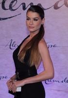 Alinne Moraes exibe boa forma na festa da novela 'Além do tempo'