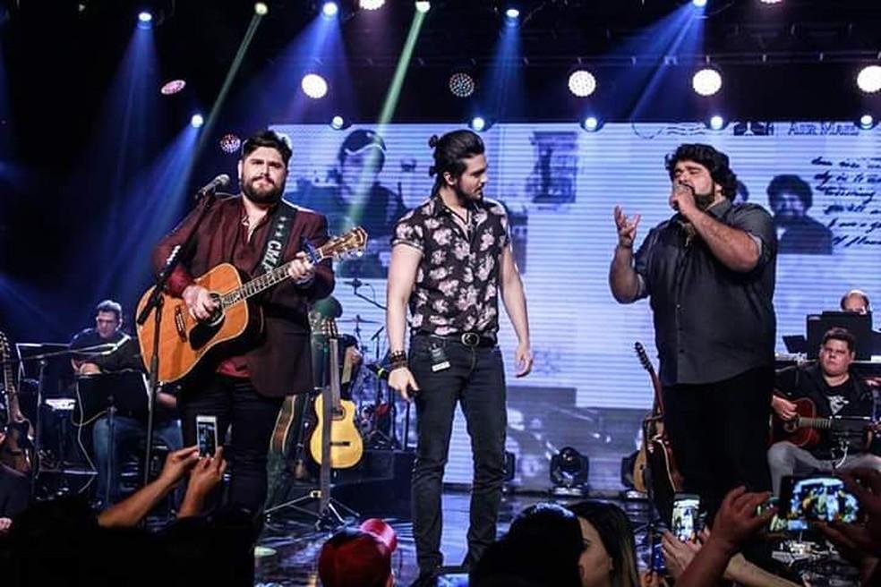 Luan Santana participa da gravação do DVD 'Memórias II', de César Menotti e Fabiano, em São Paulo (Foto: Reprodução/Facebook/César Menotti e Fabiano)