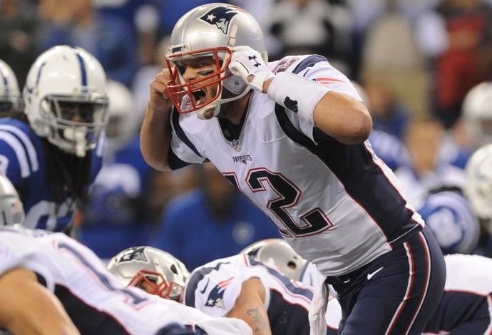 Tom Brady comanda o ataque dos Patriots no confronto com os Colts (Foto: Reuters)
