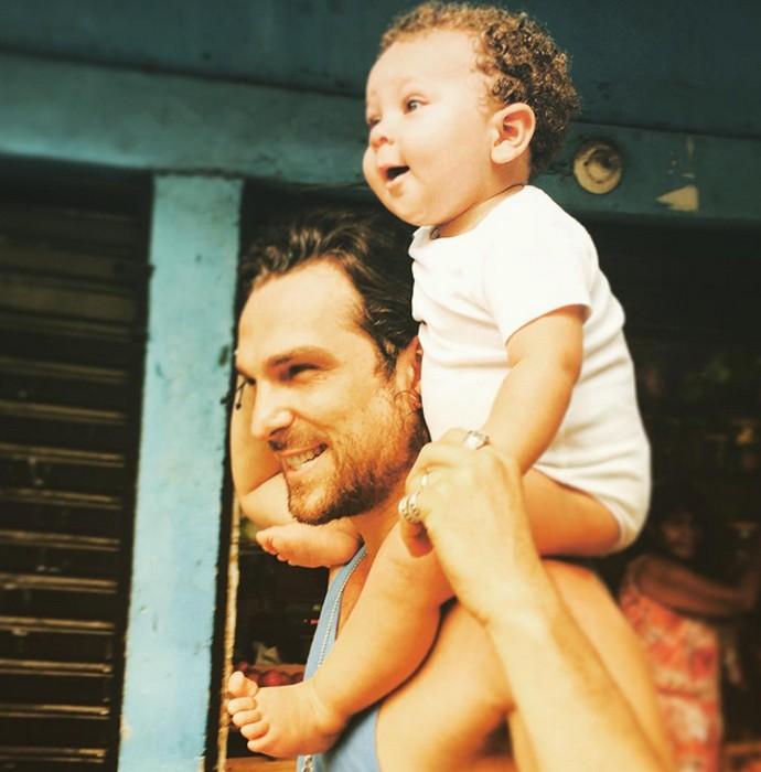 Igor Rickli carrega o filhinho nos ombros (Foto: Arquivo Pessoal)