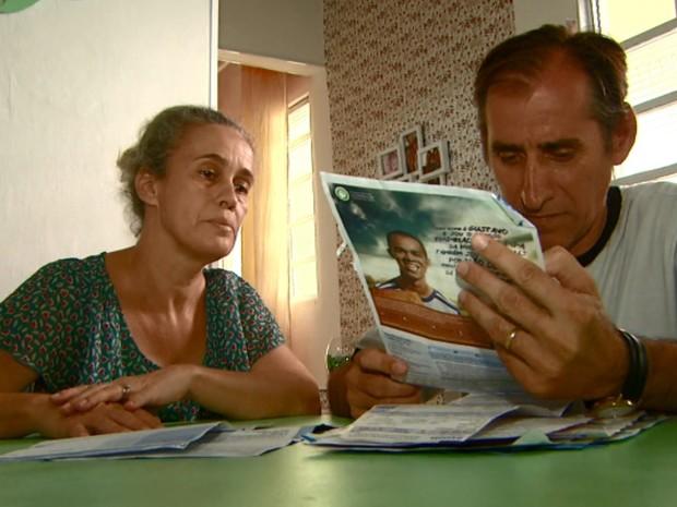 Márcio reúne com a esposa as contas que terá que pagar mesmo sem dinheiro (Foto: Reprodução/EPTV)