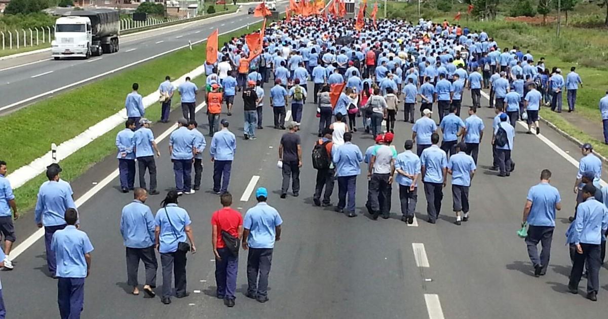Em protesto, metalúrgicos bloqueiam BR-277, em São José dos ... - Globo.com