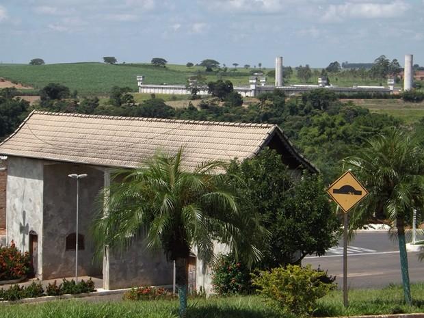 Penitenciárias ficam a 500 metros da área urbana da cidade (Foto: Alan Schneider/G1)