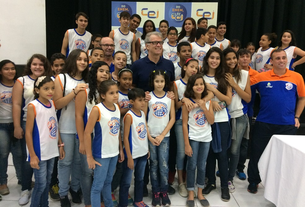Bernardinho participa de encontro com alunos de projeto social e de escola particular em Natal (Foto: Augusto Gomes/GloboEsporte.com)