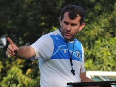 Claudio Tencati conversa com Sílvio em treino do Londrina (Foto: Pedro Rampazzo/Londrina)