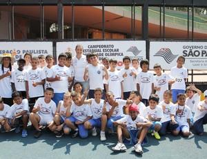 Maurren posa ao lado dos estudantes que participam do torneio estudantil  (Foto: Divulgação)