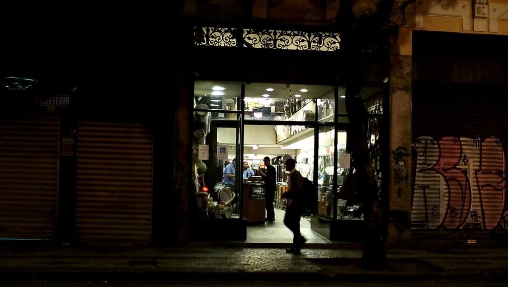 Lojas fechadas estão espalhadas ao longo de toda a extensão da Rua da Carioca. (Foto: Marcos Serra Lima/ G1)