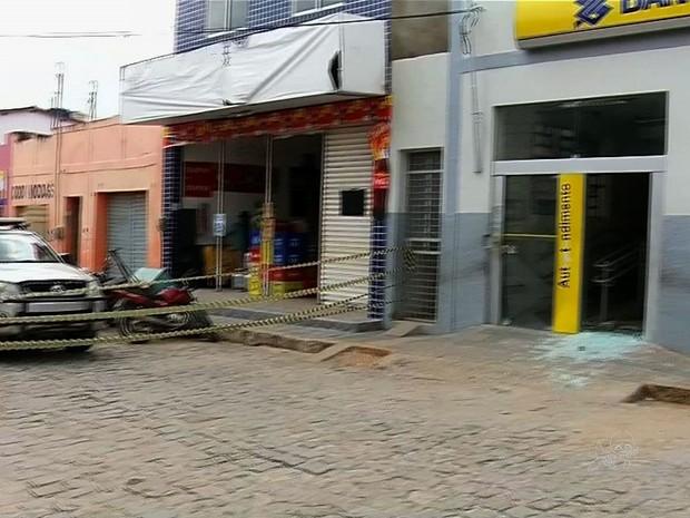 Dois bancos do Ceará foram explodidos na madrugada desta quarta-feira  (Foto: TV Verdes Mares/Reprodução)