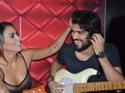 Alinne Rosa faz pocket show com o namorado em Salvador, na Bahia