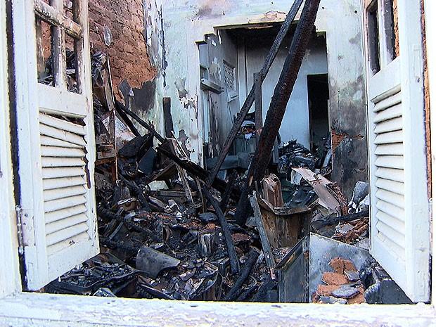 Incêndio atinge estabelecimento e veículo no Barbalho, Salvador (Foto: Imagem/ TV Bahia)