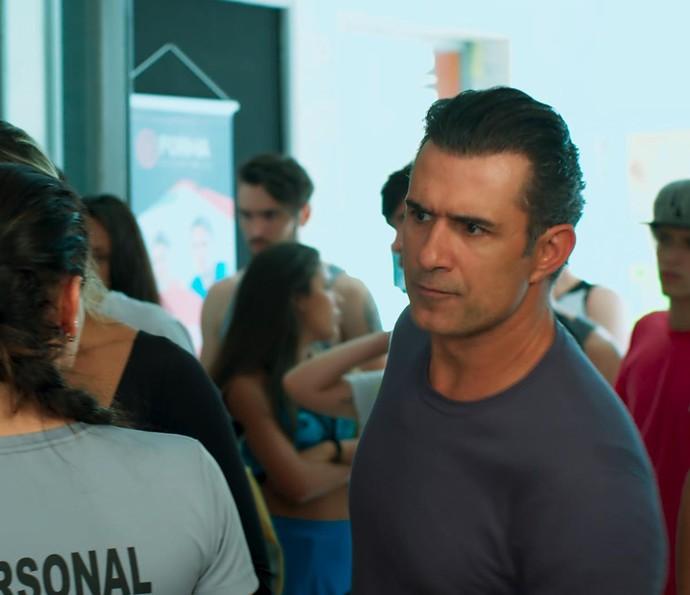 Ricardo fica sem entender nada ao chegar à Forma (Foto: TV Globo)