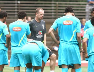 Mano Menezes no treino da Sele&#231;&#227;o Brasileira (Foto: Mowa Press)