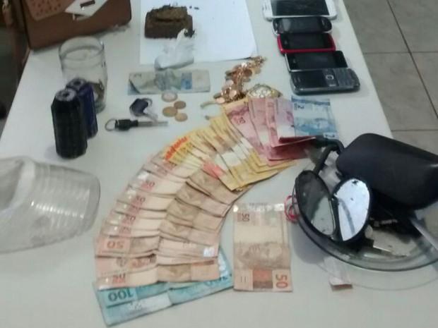 Dinheiro e objetos apreendidos com o trio (Foto: Divulgação/SSP-TO)