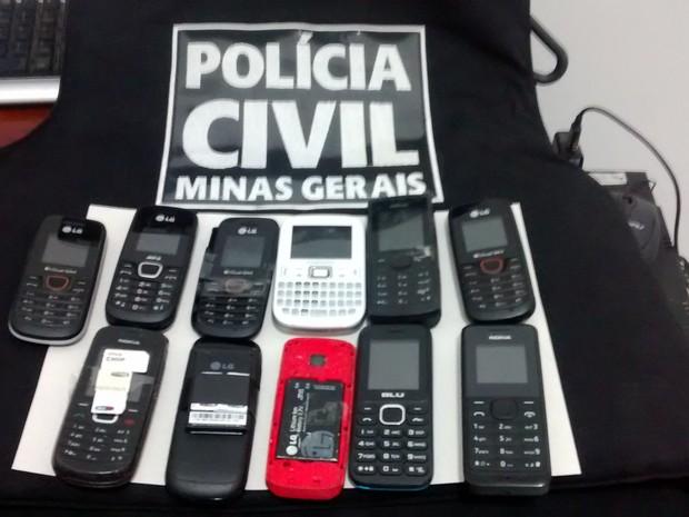 Celulares foram apreendidos durante as investigações  (Foto: Patrícia Belo / G1)