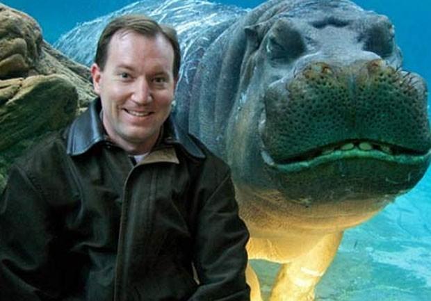 Em 2010, o americano Jay Parker posou para fotos em frente ao tanque dos hipopótamos no zoológico de San Diego, no estado da Califórnia (EUA), e o macho 'Otis' parecia estar sorrindo (Foto: Reprodução)