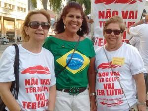 Manifestantes usam camisas com a frase 'não vai ter golpe, vai ter luta' (Foto: Stella Freitas/G1)