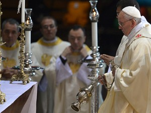 27/7 - Papa Francisco reza missa na Catedral do Rio (Foto: Gabriel Boyus/AFP)