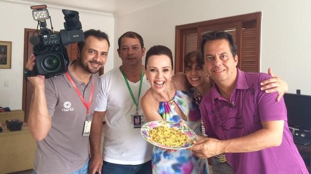 Laine Valgas, equipe do JA e família que preparou a farofa (Foto: RBS TV/Divulgação)