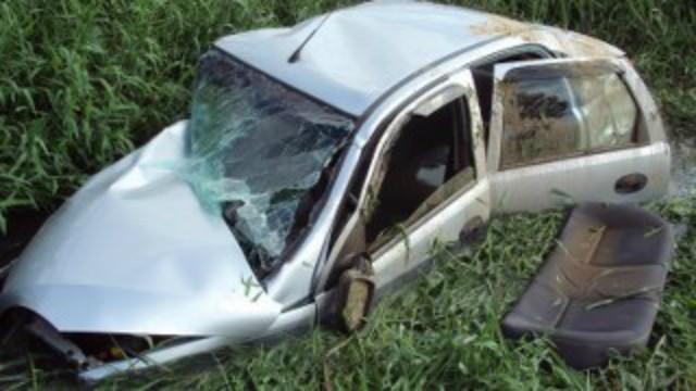 Carro atingido foi parar em uma valadeixando dois feridos (Foto: PMRv/Divulgação)