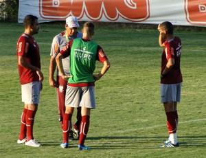 Moacir Júnior conversando com os jogadores América-MG (Foto: Léo Simonini)