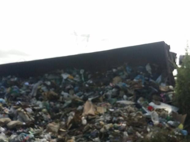 Segundo PRF, acidente foi ocasionado por uma caçamba que trasnportava lixo (Foto: Reinaldo Luzzan)