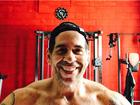 Leandro Hassum dispensa camisa e posa em academia na Flórida