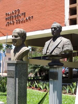 Prefeitura de São Borja leva o nome do ex-presidente João Goulart e tem bustos na frente do prédio (Foto: Márcio Luiz/G1)