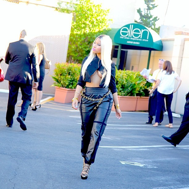 Nicki Minaj usa look ousado em bastidores de programa na Califórnia, nos Estados Unidos (Foto: Instagram/ Reprodução)