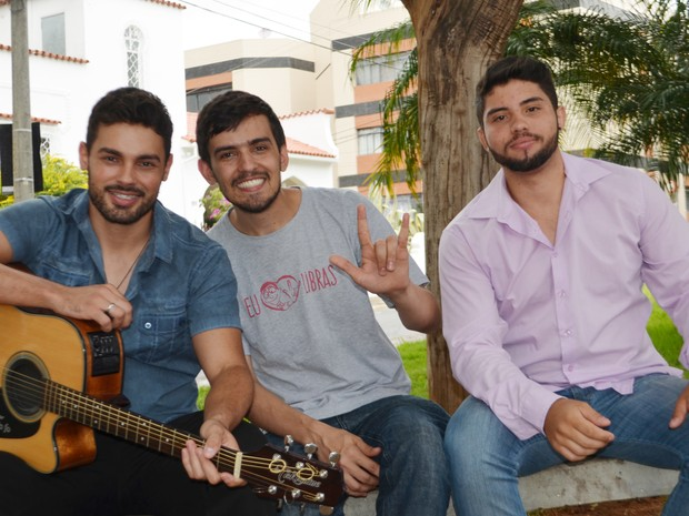 Com ajuda de voluntário, dupla sertaneja de Lavras traduz músicas para libras (Foto: Samantha Silva/G1)