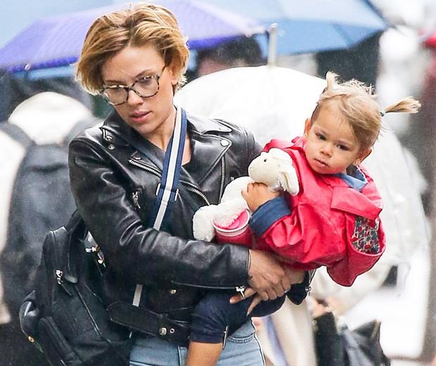 Scarlett Johansson e a filha, Rose (Foto: Grosby Group)