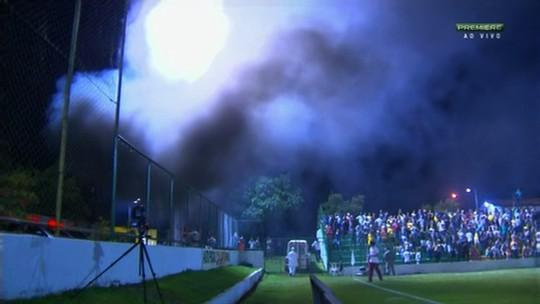 Gerador pega fogo, fumaça invade o campo e paralisa jogo em GO; vídeo