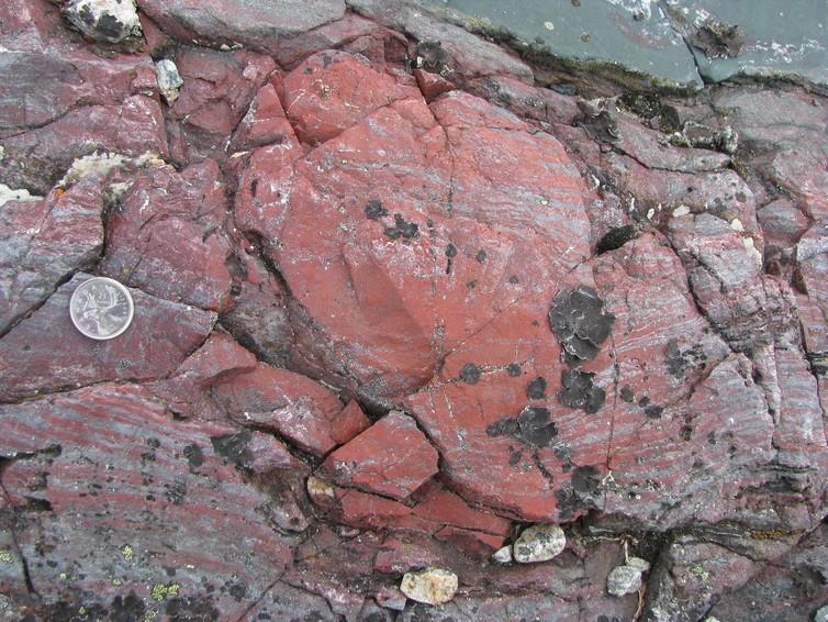 Rochas criadas a partir da circulação hidrotermal no fundo do mar (Foto: Reprodução/Dominic Papineau)