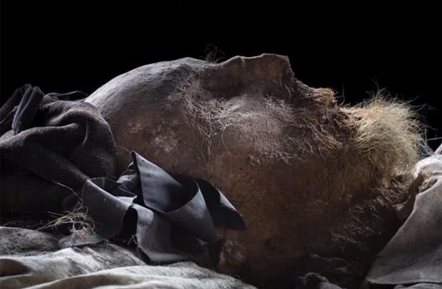 Feições de bispo ainda podem ser reconhecidas: corpo mumificado preservou órgãos  (Foto: Reprodução/YouTube/LundUniversity)