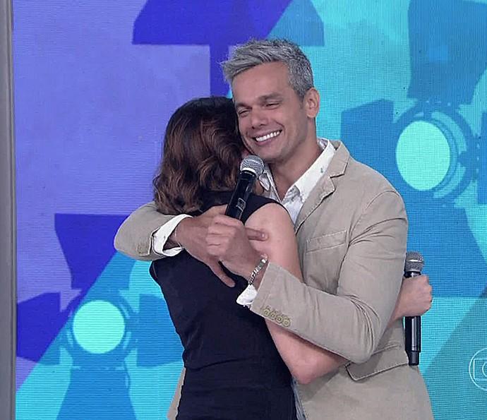 Monica Iozzi ganha abraço do amigo Otaviano Costa (Foto: Vídeo Show / Gshow)