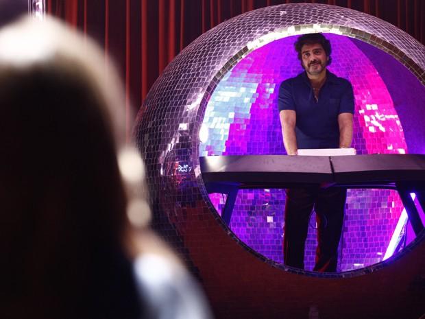 Amaury se surpreende ao ver Carlota em sua boate (Foto: Inácio Moraes/TV Globo)